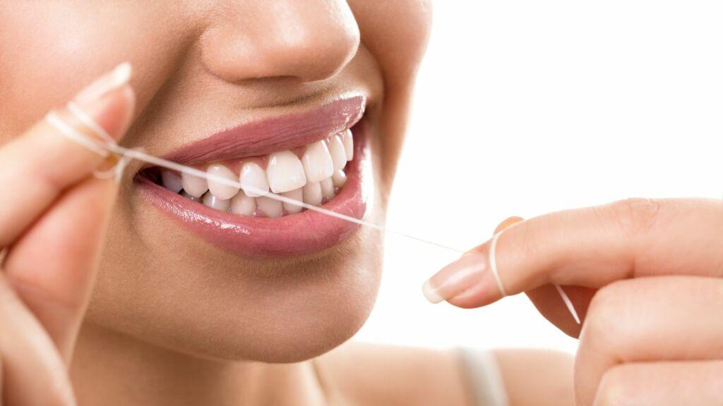 Zahnseide vor oder nach dem Zähneputzen benutzen Header